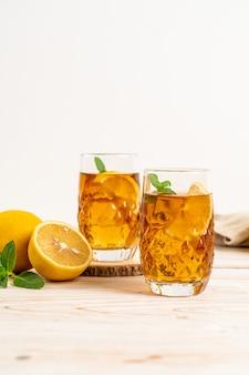Vaso de té helado de limón