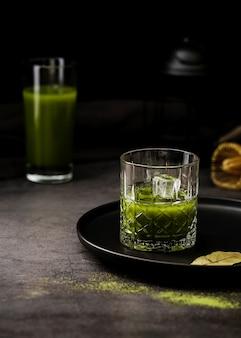Vaso de té matcha con cubitos de hielo