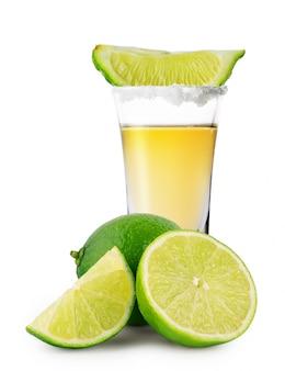 Vaso de tequila dorado y lima
