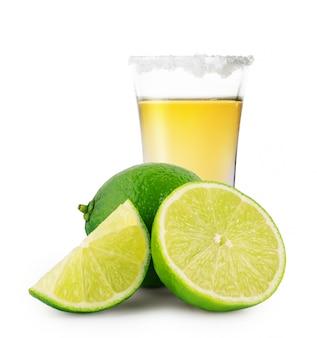 Vaso de tequila dorado con sal y lima