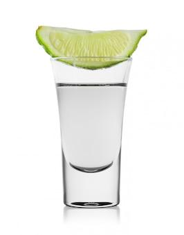 Vaso de tequila o vodka con rodaja de lima