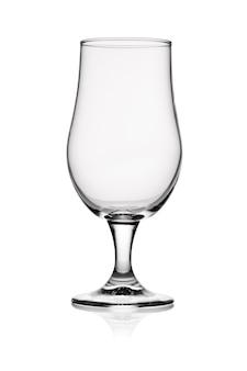 Vaso transparente transparente vacío para cerveza aislado sobre fondo blanco.
