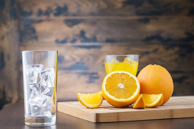 Vaso vacío con cubitos de hielo y fruta