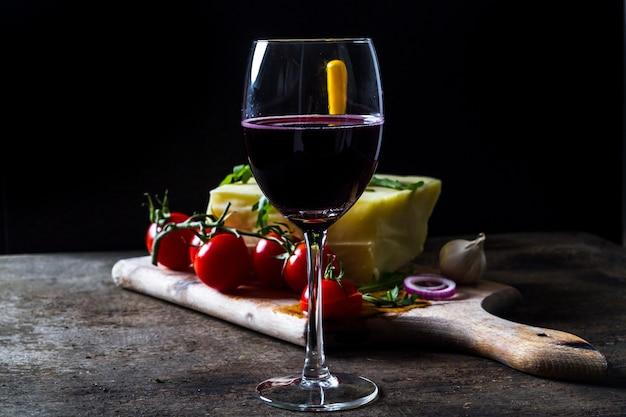 Vaso de vino y queso fresco sobre la mesa