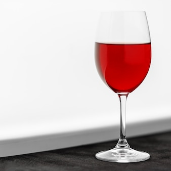 Un vaso de vino tinto francés.