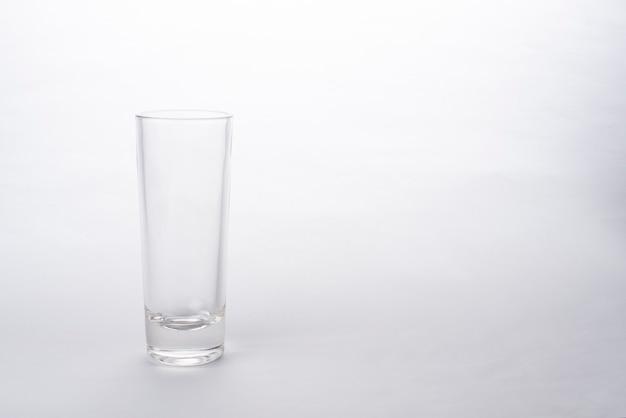 Vaso de whisky y brandy aislado sobre un fondo blanco.