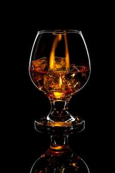 Vaso de whisky escocés con hielo