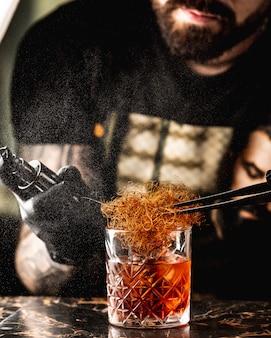 Vaso de whisky con heno
