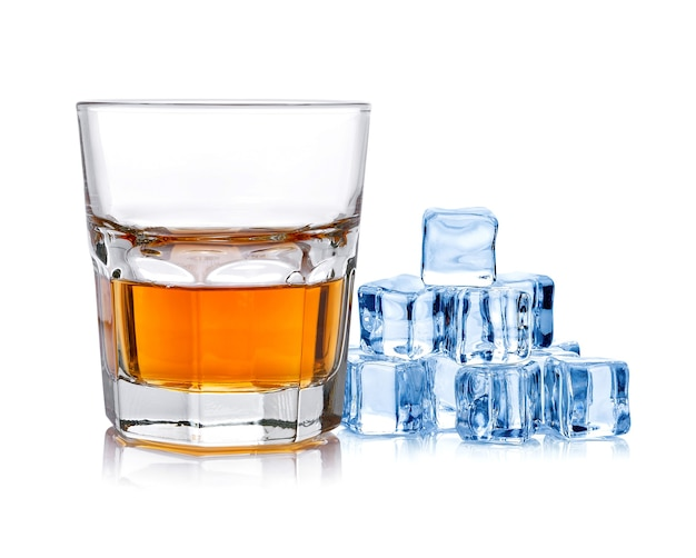 Vaso de whisky con hielo aislado sobre un fondo blanco.