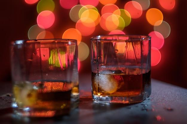 Vaso de whisky y luz nocturna.