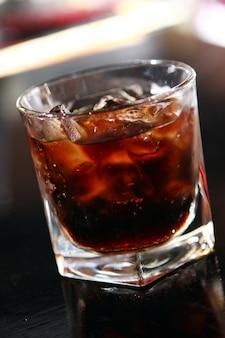 Vaso de whisky en una mesa de bar
