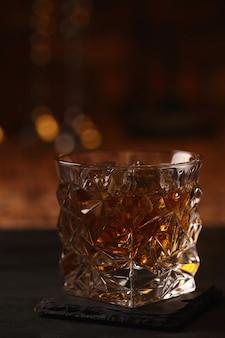 Vaso de whisky o bourbon, solo con hielo