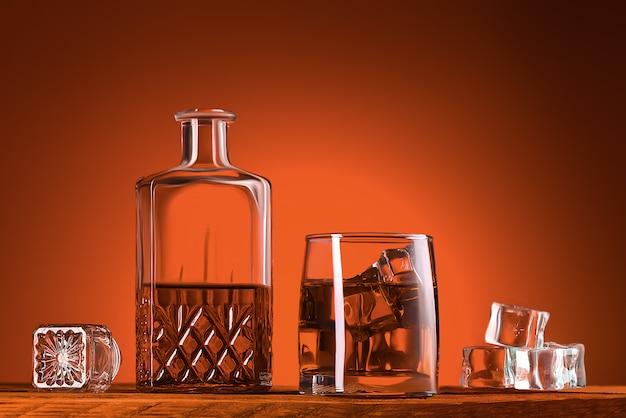 Un vaso de whisky o coñac, una jarra y cubitos de hielo.