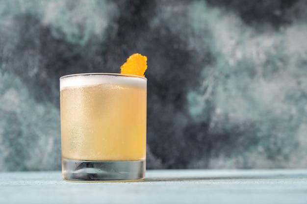 Un vaso de whisky sour cocktail cerrar