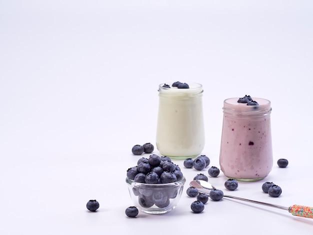 Vaso de yogurt de arándanos frescos