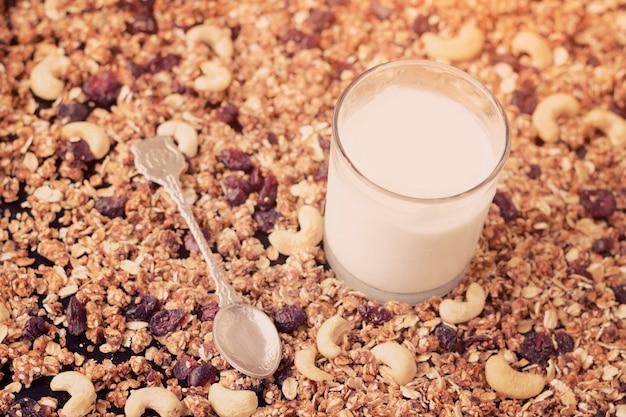 Vaso de yogurt, granola. cuchara de té concepto de comida