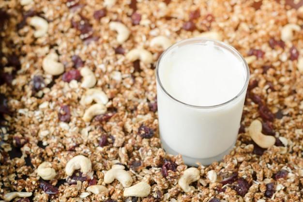 Vaso de yogurt y granola