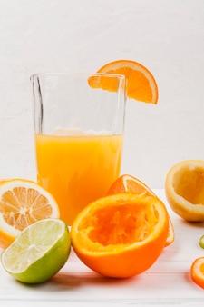 Vaso de zumo fresco con fruta.