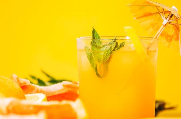 Vaso de zumo de naranja con menta