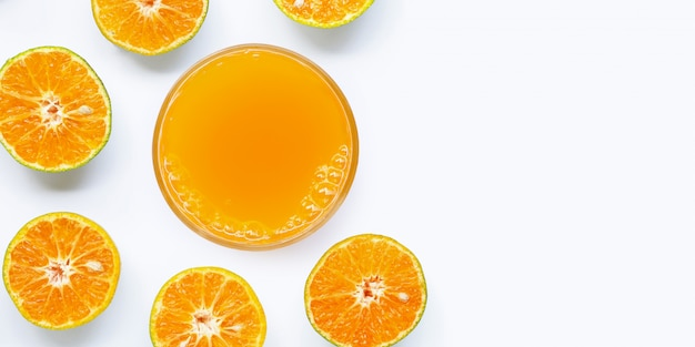 Vaso de zumo de naranja sobre fondo blanco.
