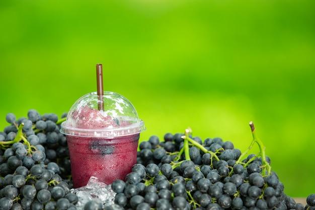 Vaso de zumo de uva recién exprimido