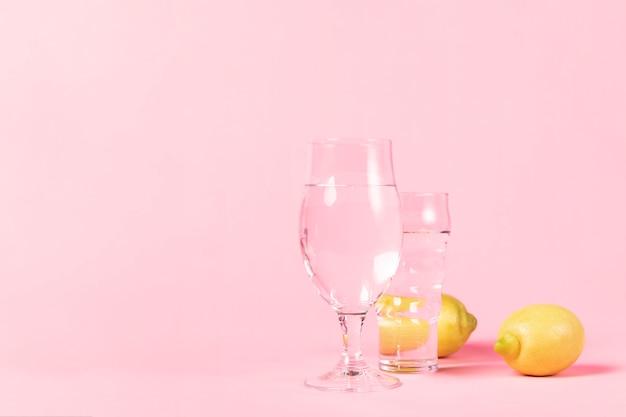 Vasos de agua y limones.