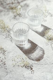 Vasos de agua en la mesa