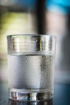 Vasos de agua sobre una mesa.