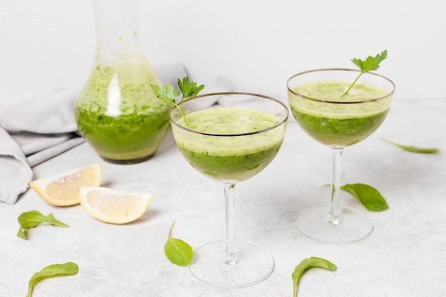 Vasos de batidos saludables con rodajas de limón