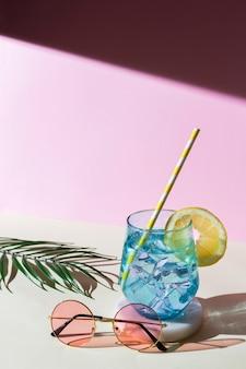 Vasos y bebida de alto ángulo