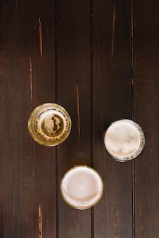 Vasos de bebidas alcohólicas en la mesa de madera
