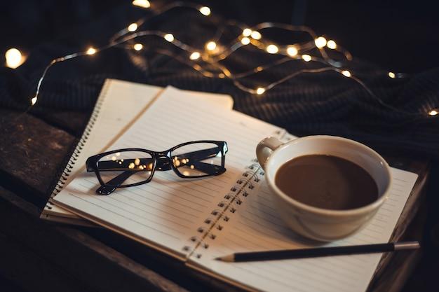 Vasos y café se colocan en el cuaderno.