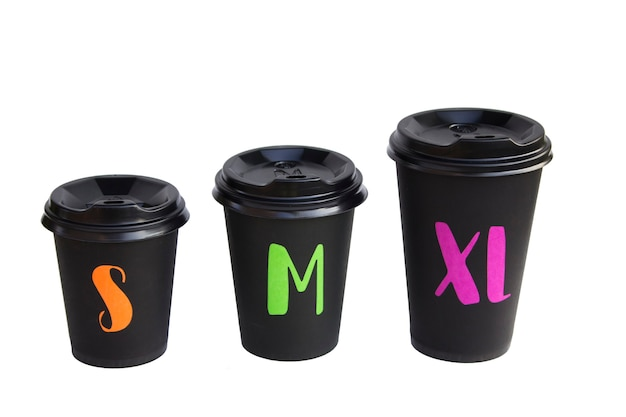 Los vasos de cartón desechables están aislados en una superficie blanca, taza ecológica para beber. concepto de problema de ecología.