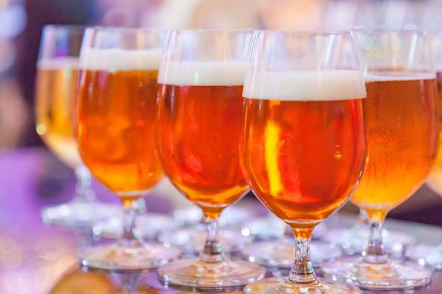 Vasos de cerveza de barril alcohólica.