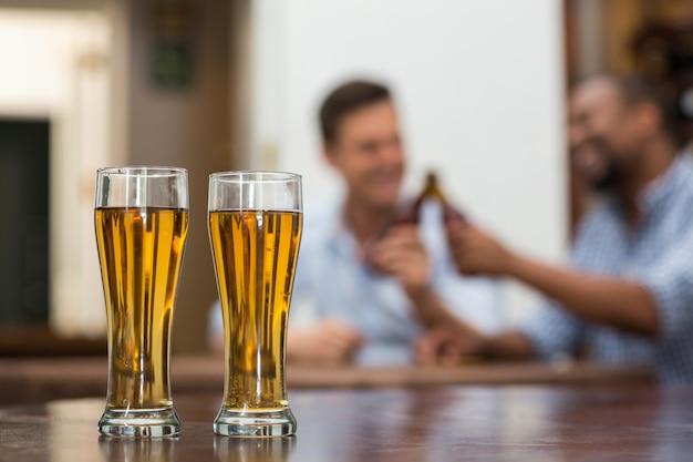Vasos de cerveza en mesa de madera