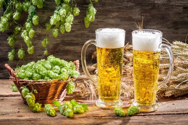 Vasos de cerveza en la mesa de madera