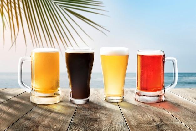 Vasos de cerveza en la playa como telón de fondo de productos