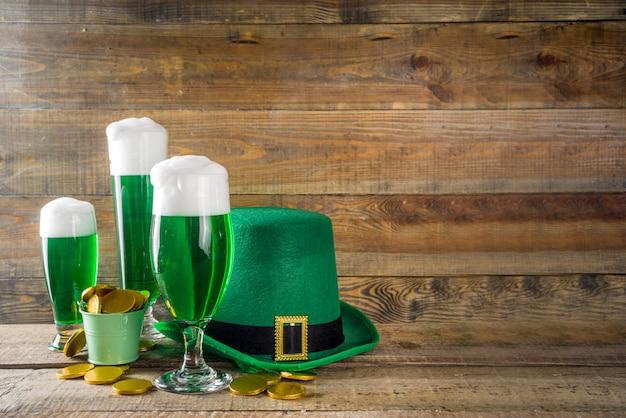 Vasos de cerveza verde para la fiesta del día de san patricio