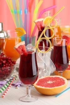Vasos de cócteles de frutas en primer plano de la fiesta