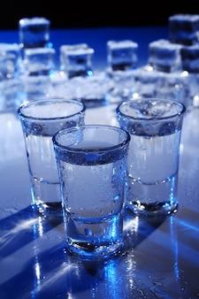 Vasos congelados con bebida fría de alochol