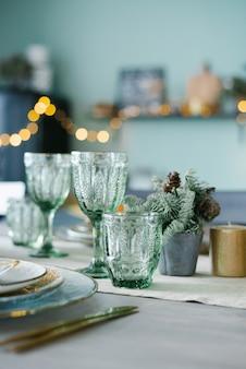 Vasos de cristal verde para una cena navideña festiva