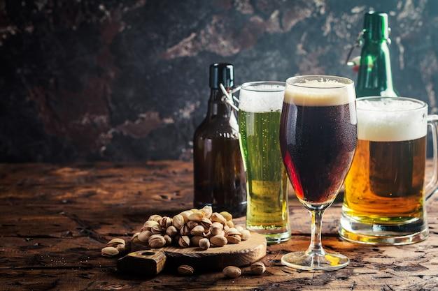 Vasos con diferentes tipos de cerveza artesanal en mesa de madera