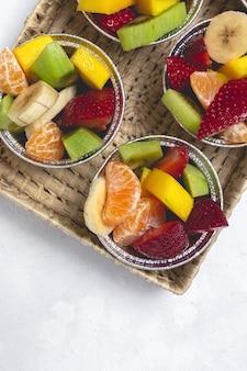 Vasos de fruta reciclable para llevar. concepto de comida vegana. entrega
