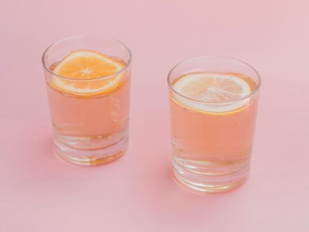 Vasos llenos de agua y rodajas de naranja.