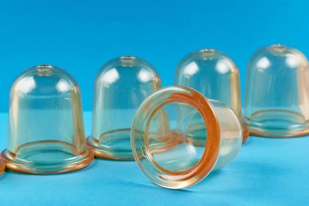 Vasos médicos de silicona transparente para masajes y tratamientos. primer plano sobre un fondo azul