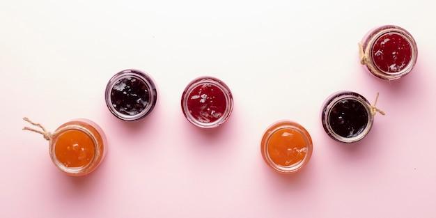 Vasos de mermelada de bayas mixtas con fresas, arándanos, grosellas rojas, frambuesas y moras