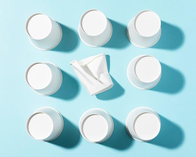 Vasos de papel de alta visibilidad y vaso de plástico triturado