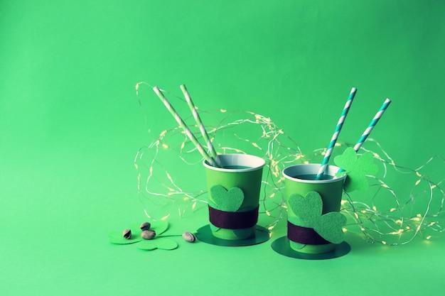 Vasos de papel verde y trébol, fiesta del día de san patricio