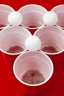 Vasos y pelota de plástico. juego de cerveza pong