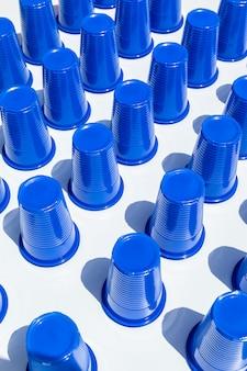 Vasos de plástico azul en filas